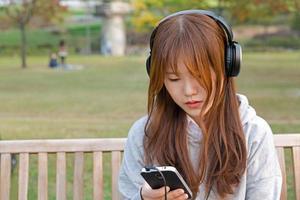 escuchando la música foto