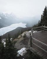muelle sobre una vista de la montaña foto