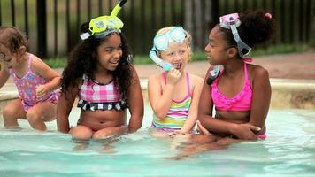 garotinhas diversas sentadas juntas no snorkel