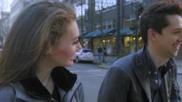 attraktive Teenager am Date schauen zusammen lachen