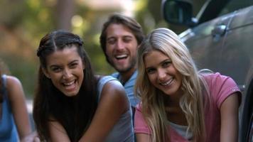 amigos sentados en el suelo riendo juntos video