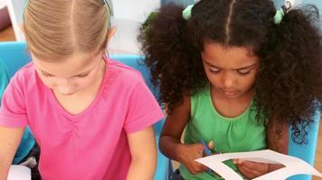niños jugando juntos con artículos de manualidades