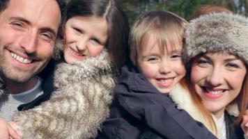 retrato de família no campo de inverno caminhar juntos video