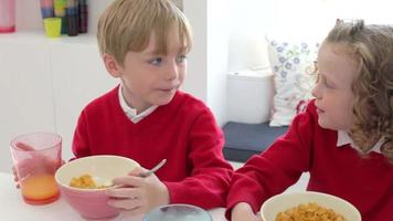 Kinder frühstücken zusammen, bevor sie zur Schule gehen
