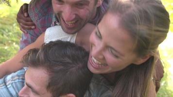 quatro amigos se divertindo juntos no campo