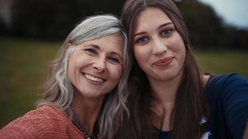 madre e hija posan juntas para una selfie