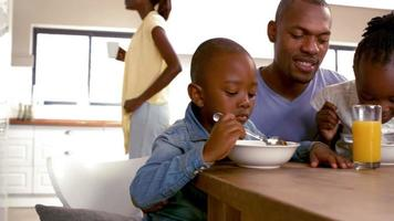 glückliche Familie frühstücken zusammen am Morgen