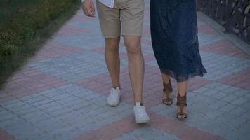 mulher linda com homem andando pela rua juntos video
