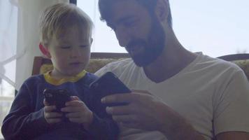 sobrinho e tio jogam jogos juntos em telefones