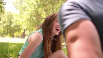 casal brincalhão rindo juntos em um piquenique no parque