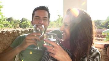 Zeitlupenaufnahme eines Paares, das zusammen Wein trinkt