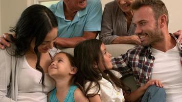 familia de varias generaciones sentados juntos en el sofá video