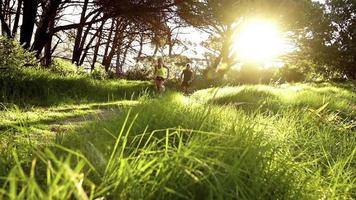 junges Paar läuft zusammen bei Sonnenaufgang in Zeitlupe