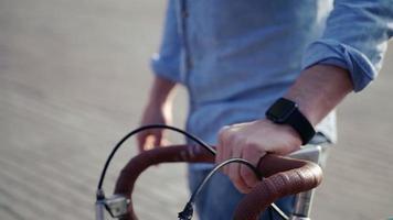 Mann auf einem Fahrrad mit einer intelligenten Uhr