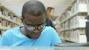 jovem estudando na biblioteca da escola