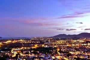 vista aérea de la isla de phuket al atardecer. foto