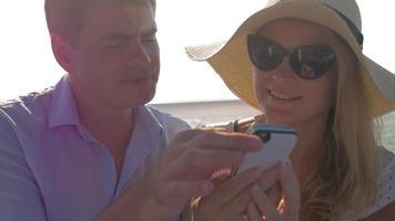 An einem sonnigen Tag auf einem Boot in der Seestadt Perea reitet Griechenland junges Paar video