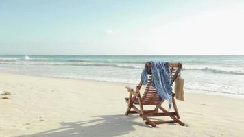 chaise longue sur la plage video