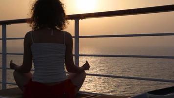 mulher sentada no convés do navio de cruzeiro