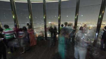 en la parte superior - plataforma de observación de burj khalifa por la noche. dubai, emiratos árabes unidos timelapse