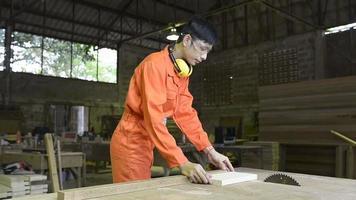 carpintero cortando una tabla de madera video
