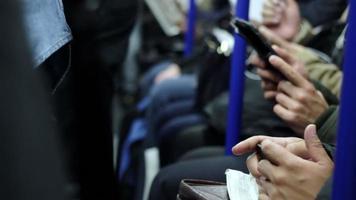 persone che utilizzano smartphone in metropolitana