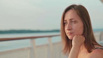 mulher sentada no convés de um navio de cruzeiro