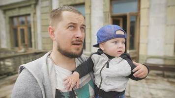 padre sosteniendo a su hijo pequeño. viajan juntos