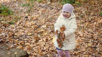 madre e hija jugando juntas en el parque otoño