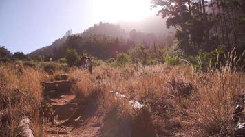 Eine Gruppe von Freunden wandert zusammen durch die Landschaft