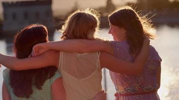 tre giovani donne che trascorrono del tempo insieme nel parco