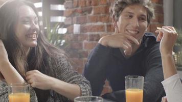 felices jóvenes estudiantes universitarios que pasan un buen rato juntos. video
