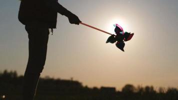 silhouette de la petite fille avec moulin à vent