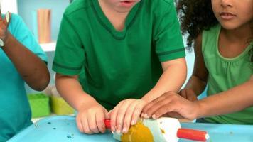 Niños jugando juntos con plastilina sobre una mesa