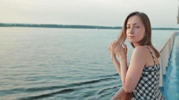 junge Frau steht auf Deck des Kreuzfahrtschiffes