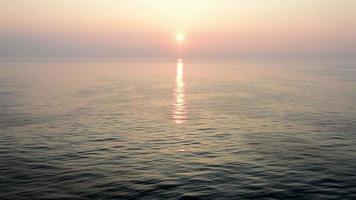 Pôr do sol de um sonho no mar ondulante, vista do convés aberto do cruzador em movimento