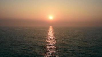 alba tramonto sul mare calmo, vista dal ponte aperto dell'incrociatore in movimento