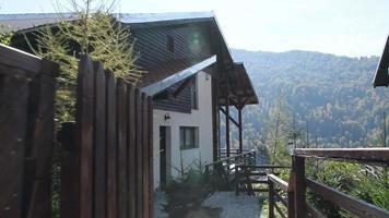 Toma fija de una nueva y moderna cabaña de montaña y vista desde la cubierta video