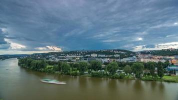 Vue du timelapse de Prague depuis le pont d'observation de Visegrad. Prague. République Tchèque