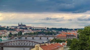 vista di praga timelapse dal ponte di osservazione di visegrad. praga. Repubblica Ceca