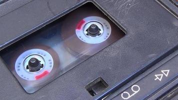 Feche a fita cassete quando um dedo começar e parar de tocar.
