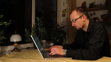 jovem trabalhando em um laptop