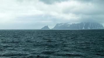 panoramique vers l'île aux éléphants en antarctique video