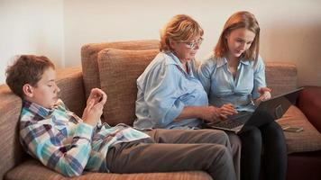 famille et ordinateur portable