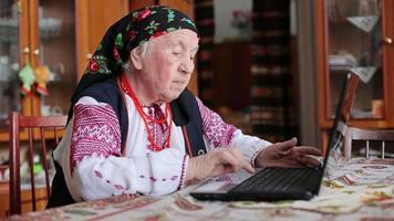 Großmutter arbeitet mit Laptop
