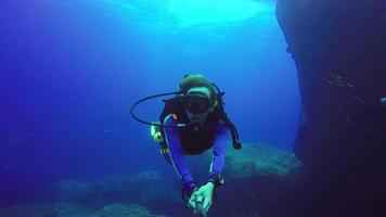 selfie de buceo submarino con selfie stick. video