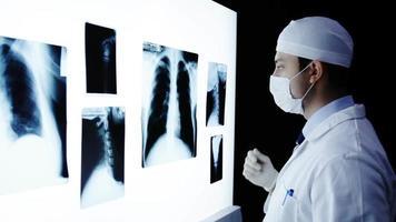 junger Chirurg Arzt bereitet sich auf die Operation vor video