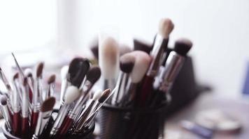 outils de maquillage pinceau et ombre à paupières video
