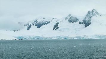 Antartide gelida con alte montagne ricoperte di ghiaccio