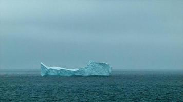 iceberg pontudo flutuando na Antártica video
